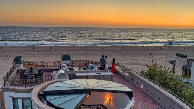 Luxe en bord de mer - 2806 The Strand, Hermosa Beach, CA, États-Unis - Coucher de soleil sur le toit-terrasse